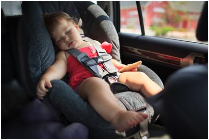 Trẻ em sẽ mệt mỏi khi ngủ ngồi trên ô tô.