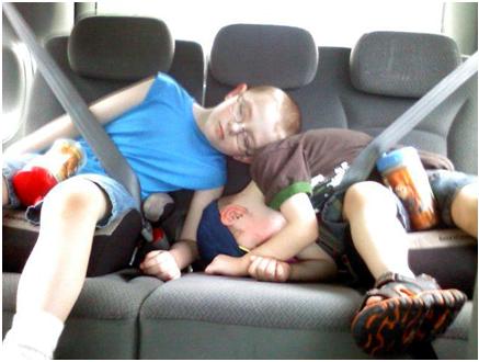 Trẻ ngủ gà gật trên băng ghế sau chật hẹp